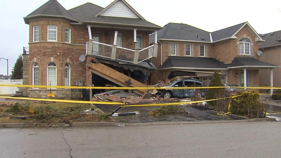 TTC bus crashes into 2 Scarborough houses