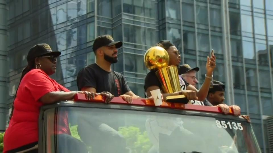 Raptors fans get up close to players, Drake at parade
